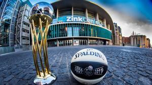 El trofeo y el balón de la Copa, delante del WiZink Center.