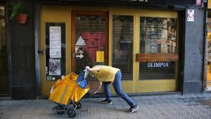 Un restaurante cerrado por el decreto del Govern, en Barcelona.