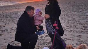 Alec Baldwin e Hilaria Thomas, con su hija, Carmen, en una foto de Twitter con la que han anunciado que están esperando otro bebé.