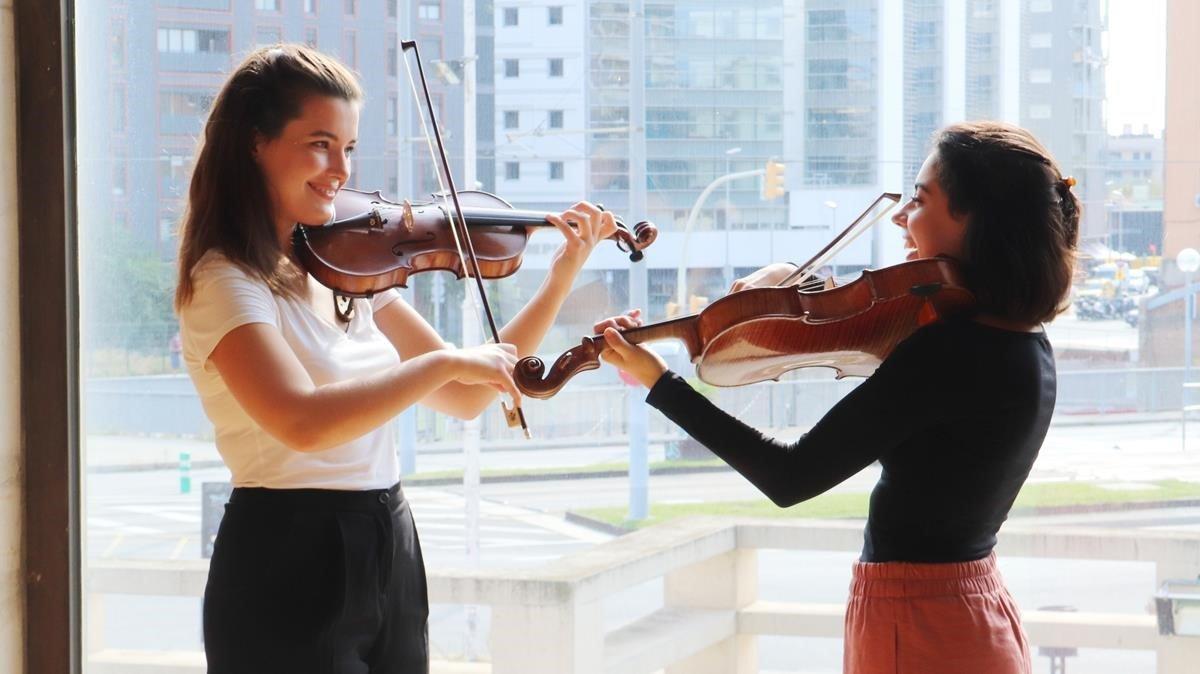 Maria Florea (izquierda) y Sara Ferrández, en el Auditori, donde este viernes abrirán la temporada de la OBC con la 'Sinfonía concertante' de Mozart.