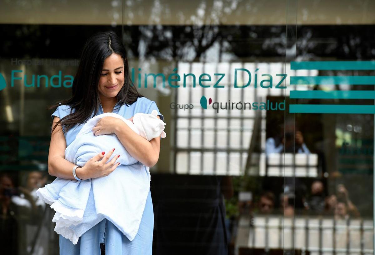 Begoña Villacís,con su hija Inés en brazos a la salida del hospital.