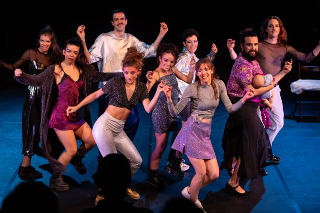 El reparto se pasa gran parte de la obra bailando.