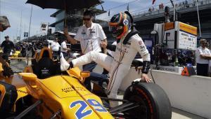 Fernando Alonso sube a su monoplaza durante un entrenamiento en Indianápolis.