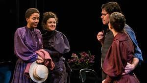 Adeline Flaun, Mireia Aixalà, Ivan Benet y Carlota Olcina (de espaldas), en una escena de 'L'habitació del costat'.