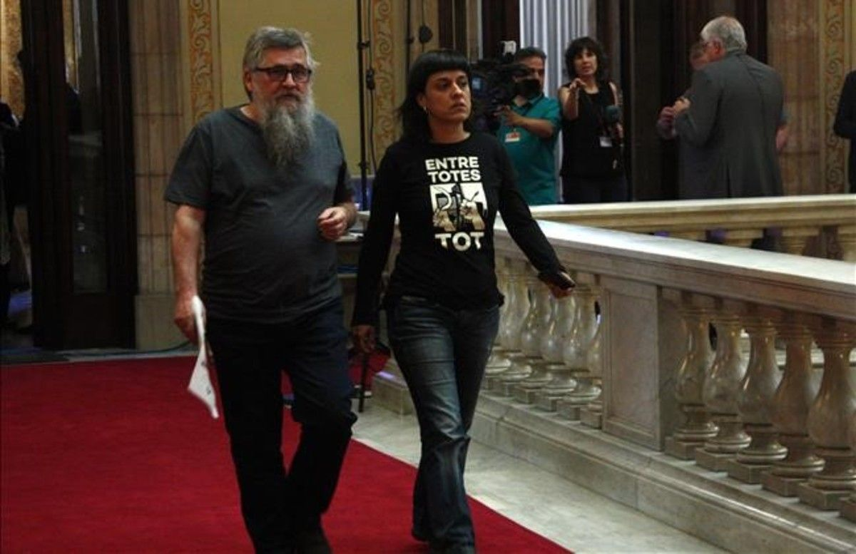 Los diputados de la CUP Joan Garriga y Anna Gabrieldirigiéndosea unareunión con el 'president' Carles Puigdemont y el vicepresidente Oriol Junqueras, este miércoles en el Parlament.
