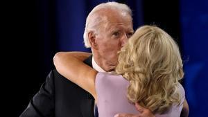 Joe Biden besa a su esposa, Jill Biden, después de pronunciar su discurso de aceptación.