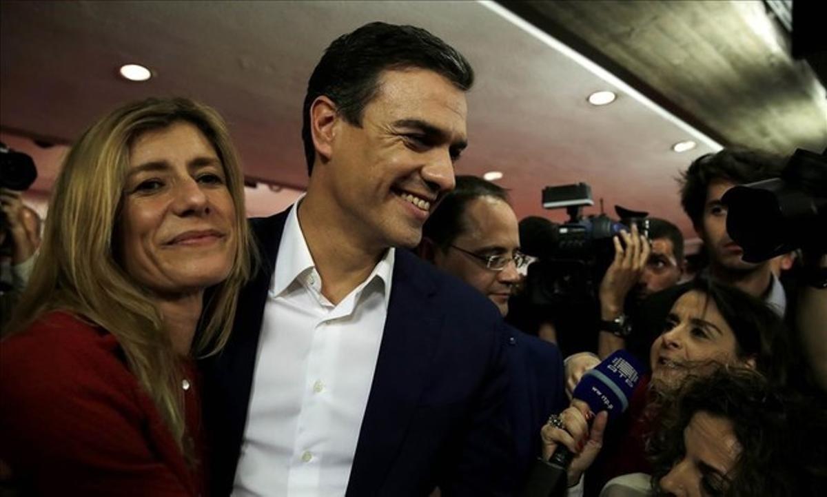El líder y candidato del PSOE, junto a su mujer Begoña Gómez, al conocer los resultados en la sede del partido.
