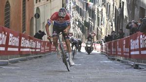 Van der Poel, en pleno ataque en la Via Santa Caterina de Siena.
