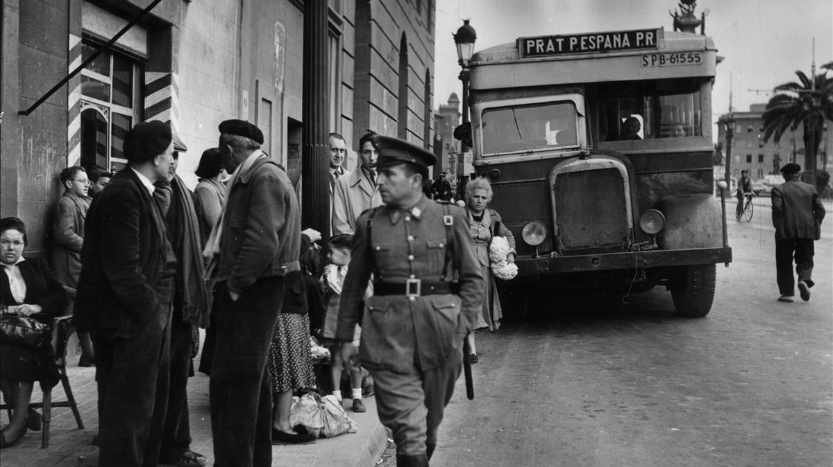 Un policía armado patrulla por las calles de Barcelona durante una de las jornadas de la huelga del tranvía.