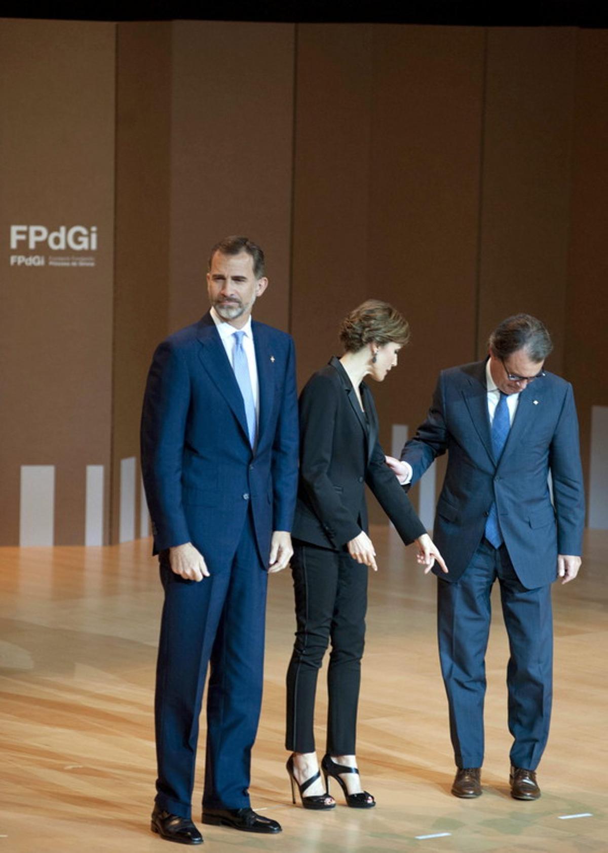El rey Felipe VIy la reina Letizia, acompañados por el expresidente de la Generalitat, Artur Mas, en la entrega de los Premios Fundación Princesa de Girona 2015.