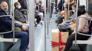 Viajeros en el metro de Barcelona.