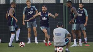 Alcácer participa en un rondo junto a Rafinha, Samper, Semedo y Jordi Alba, bajo la mirada de Valverde.
