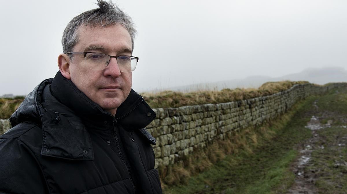 Santiago Posteguillo, ante vestigios del Muro de Adriano, en Inglaterra.