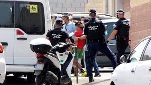 Autoridades de Ceuta meten en un furgón a uno de los menores migrantes no acompañados repatriados a Marruecos el pasado 13 de agosto.