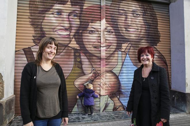 Raquel Escurriol, amb la seva mare Nicol Martinez i la seva filla Nura Anglada, davant el seu retrat al carrer Pere IV.