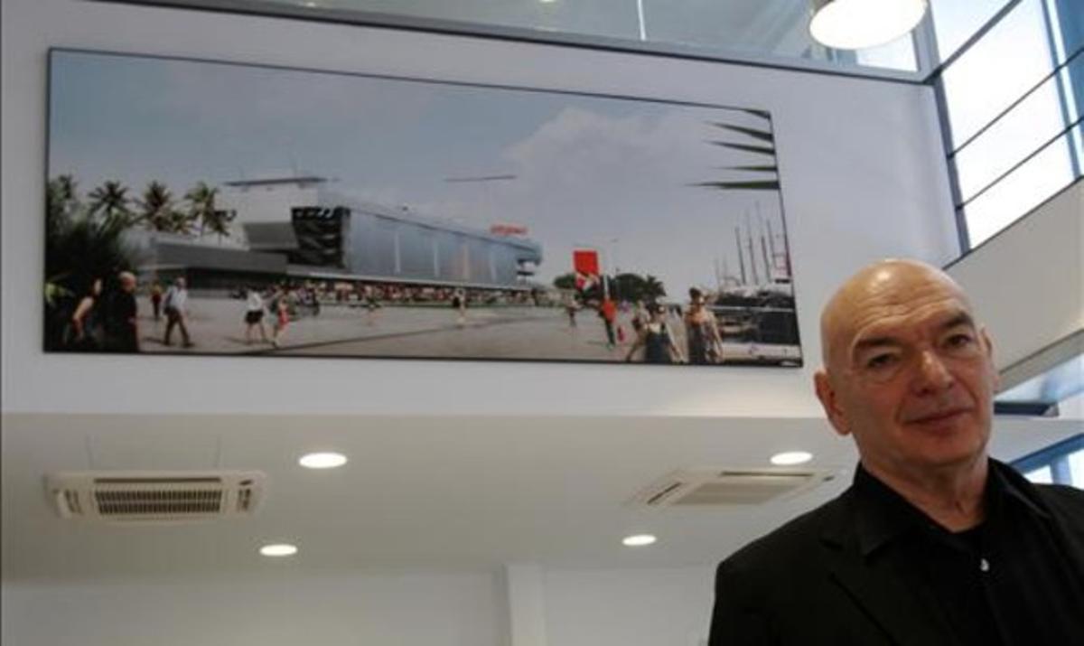 El arquitecto Jean Nouvel con el diseño de su macrodiscoteca del Fòrum al fondo, en el puerto deportivo de Sant Adrià, el martes. RICARD CUGAT
