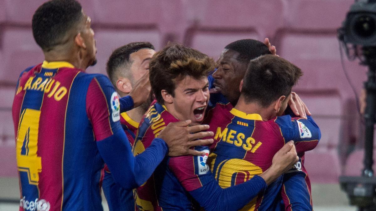 Dembélé recibe las felicitaciones de sus compañeros tras marcar el gol de la victoria sobre el Valladolid.