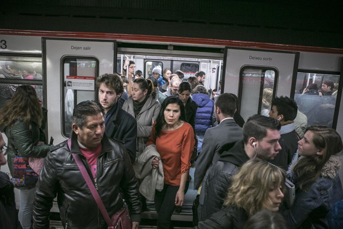 Pasajeros salen de los trenes en la estación de metro de plaza de Catalunya, durante la jornada de huelga de metro.