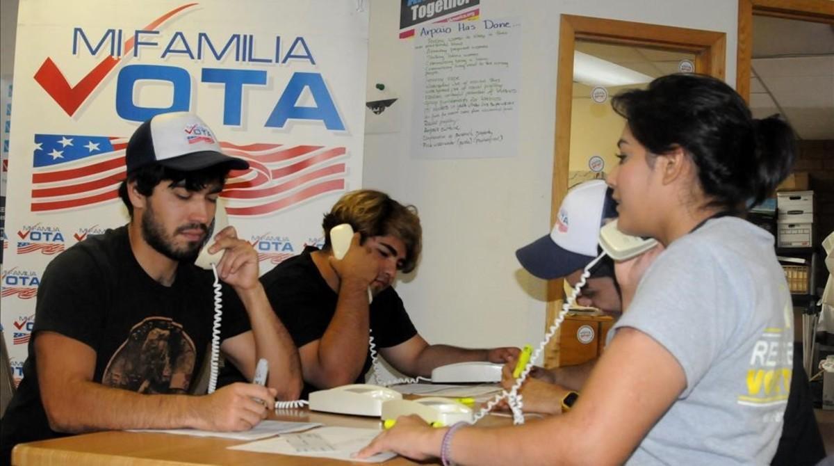 Votantes hispanos hacen campaña en Arizona.