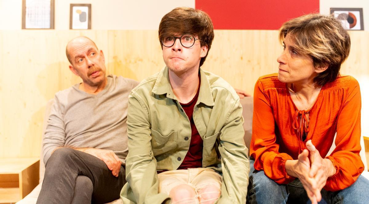 Eric, rodeado por sus padres, en pleno desconcierto tras visionar el vídeo.