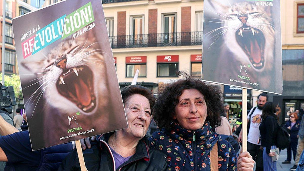 Simpatizantes del PACMA, en un acto del partido en Madrid durante la campaña de las elecciones generales 2019.