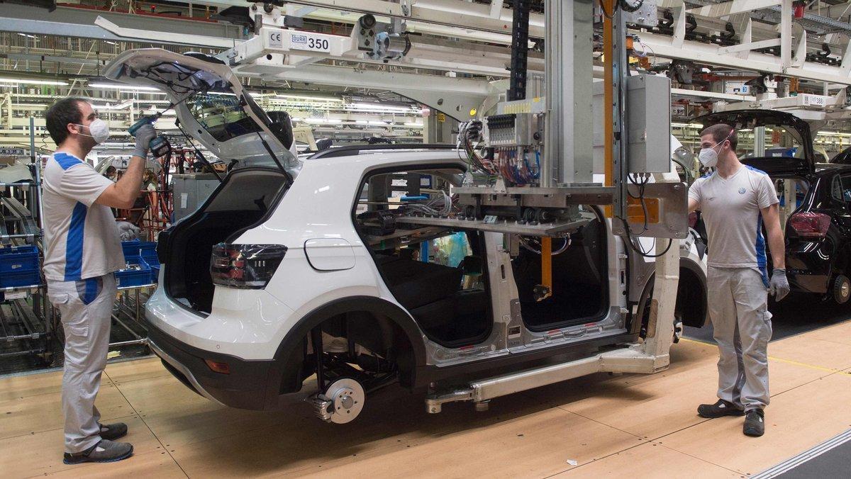 Trabajadores de Volskwagen Navarra, ensamblando vehículos en la factoría de Pamplona.