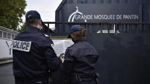 Dos policías custodian la entrada de la Gran Mezquita de Panton este martes.