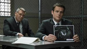 Holt McCallany y Jonathan Groff, en el papel de agentes del FBI.