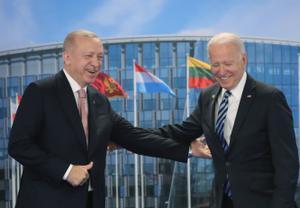 Erdogan y Biden, durante el encuentro que han mantenido en el marco de la cumbre de la OTAN.
