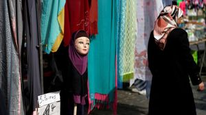 Una mujer musulmana pasa junto a una tienda de venta de pañuelos islámicos en Bruselas.