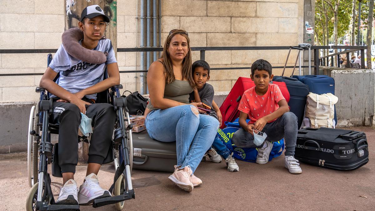 Alejandra y sus hijos en la calle tres tras ser expulsados del piso en el que vivían en Badalona.