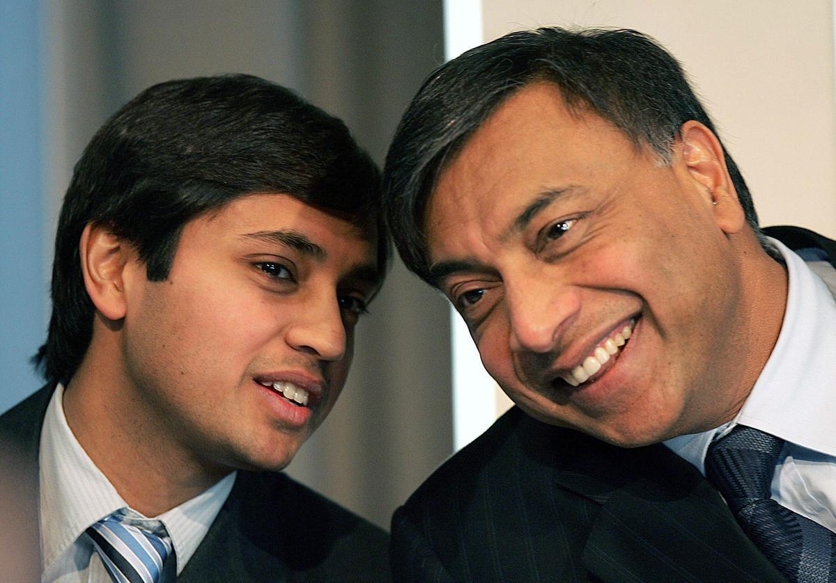 Lakshmi Mittal, presidente y CEO de Arcelor Mittal (derecha), y su hijo Aditya Mittal (izquierda).