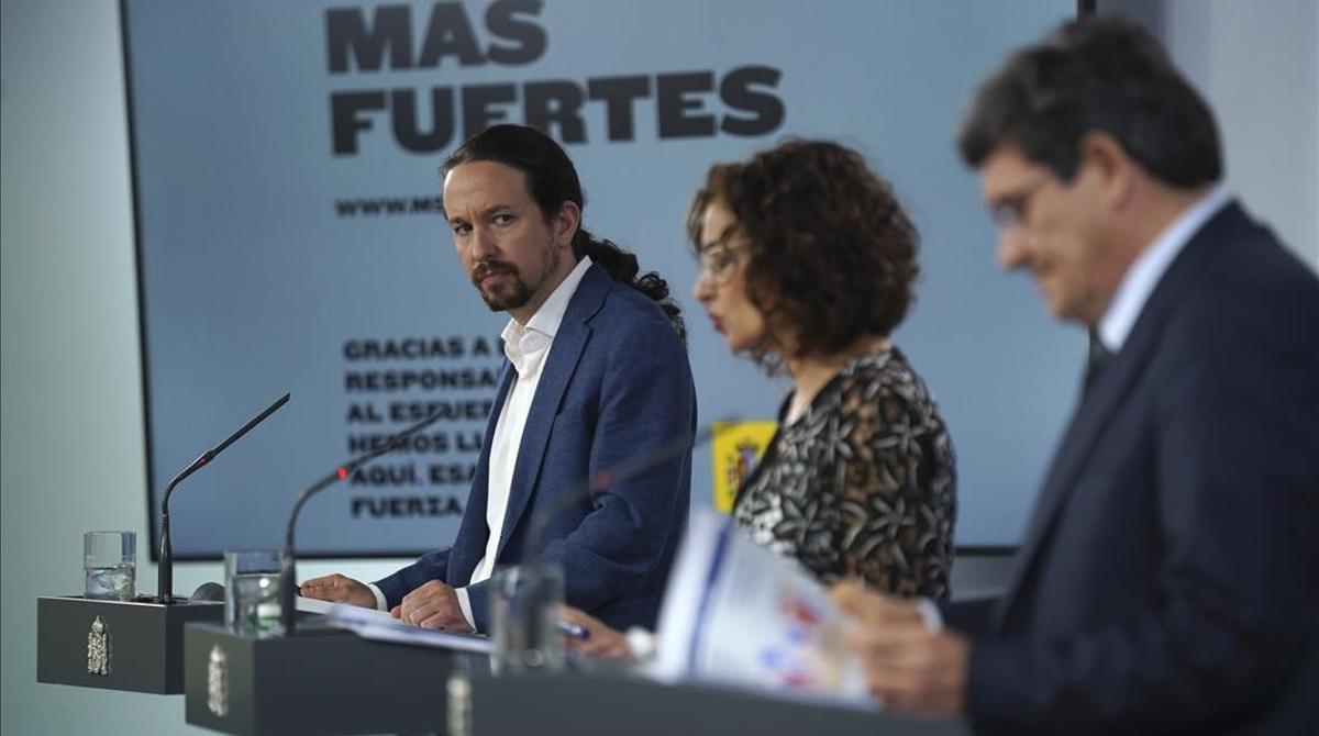 El vicepresidente Pablo Iglesias, la ministra María Jesús Montero y el ministro José Luis Escrivá, tras una reunión del Consejo de Ministros el 29 de mayo.