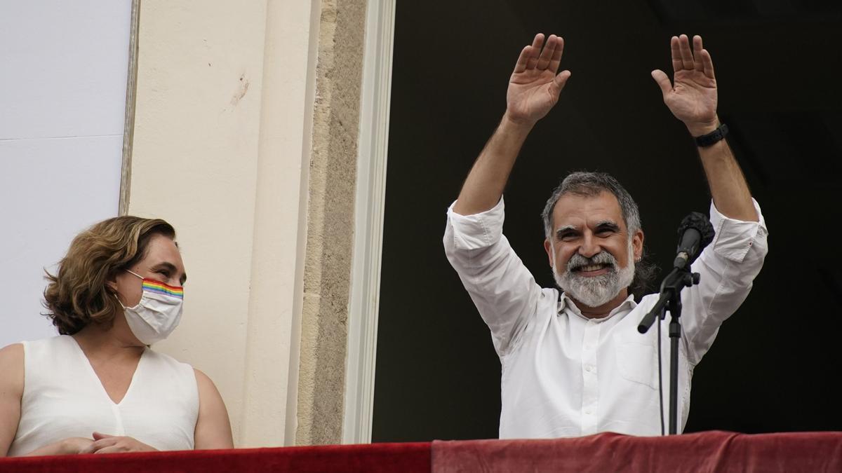 Jordi Cuixart y Ada Colau, durante el pregón de las Fiestas de Gràcia.