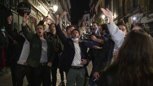 Un grupo de turistas canta en una calle de Madrid, el pasado 20 de marzo.