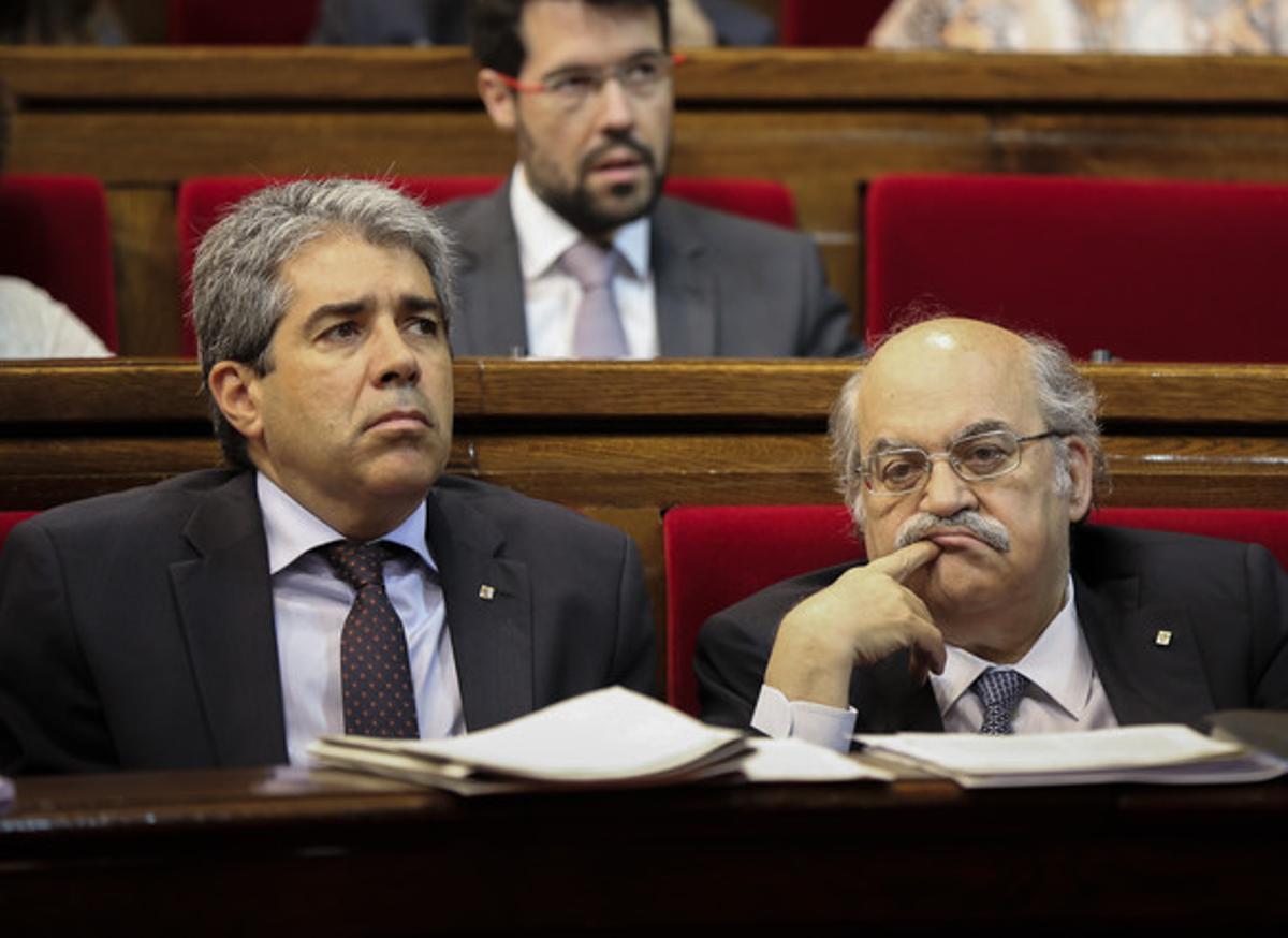 Els 'consellers' Homs y Mas-Colell, en la sesión de control al Govern en el Parlament, este jueves.