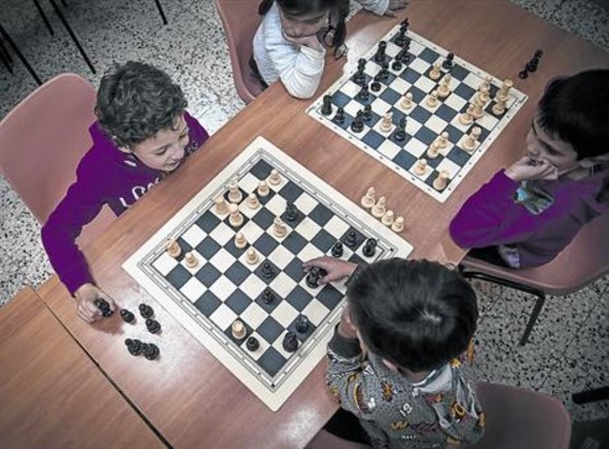 Unos niños juegan al ajedrez en el centro Edami de Barcelona, el pasado viernes.