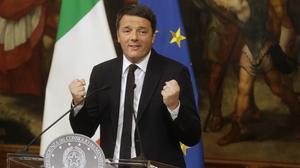Renzi gesticula durante la rueda de prensa en Palazzo Chigi, la madrugada del5 de diciembre en Roma.
