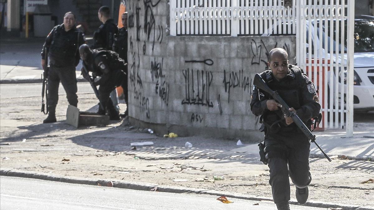 Miembros de la policía brasileña en un operativo contra el narcotráfico.