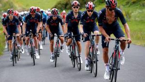 El equipo Ineos tira del pelotón durante la segunda etapa del Critérium del Dauphiné.