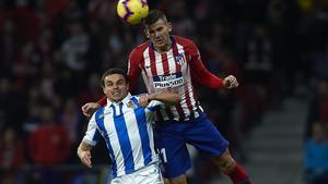 El jugador de la Real Sociedad Luca Sangalli salta con Lucas Hernández en un partido de Liga
