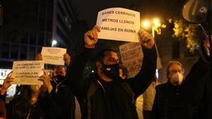 Un centenar de personas protestan en la manifestación de Barcelona contra el toque de queda y el cierre de negocios y comercios, este jueves.