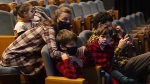 Niños y adultos aguardan el inicio del espectáculo en el Auditori del recinto.