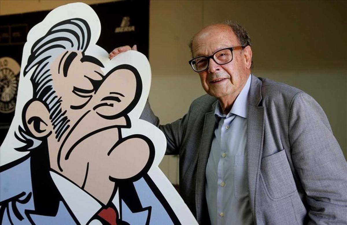 Francisco Ibáñez, este martes en Madrid, junto al protagonista de su nuevo 'mortadelo', el tesorero del Partido Papilar, sospechosamente parecido a Bárcenas.