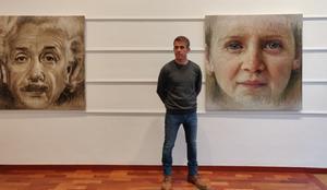 El autor posa junto a los cuadros 'Bellesa versus intel·ligència' y 'Ulls blaus'.