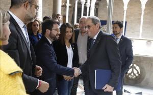 Torra saluda al vicepresidente Aragonès, en presencia del Govern en pleno,tras sudeclaración por la inhabilitación.