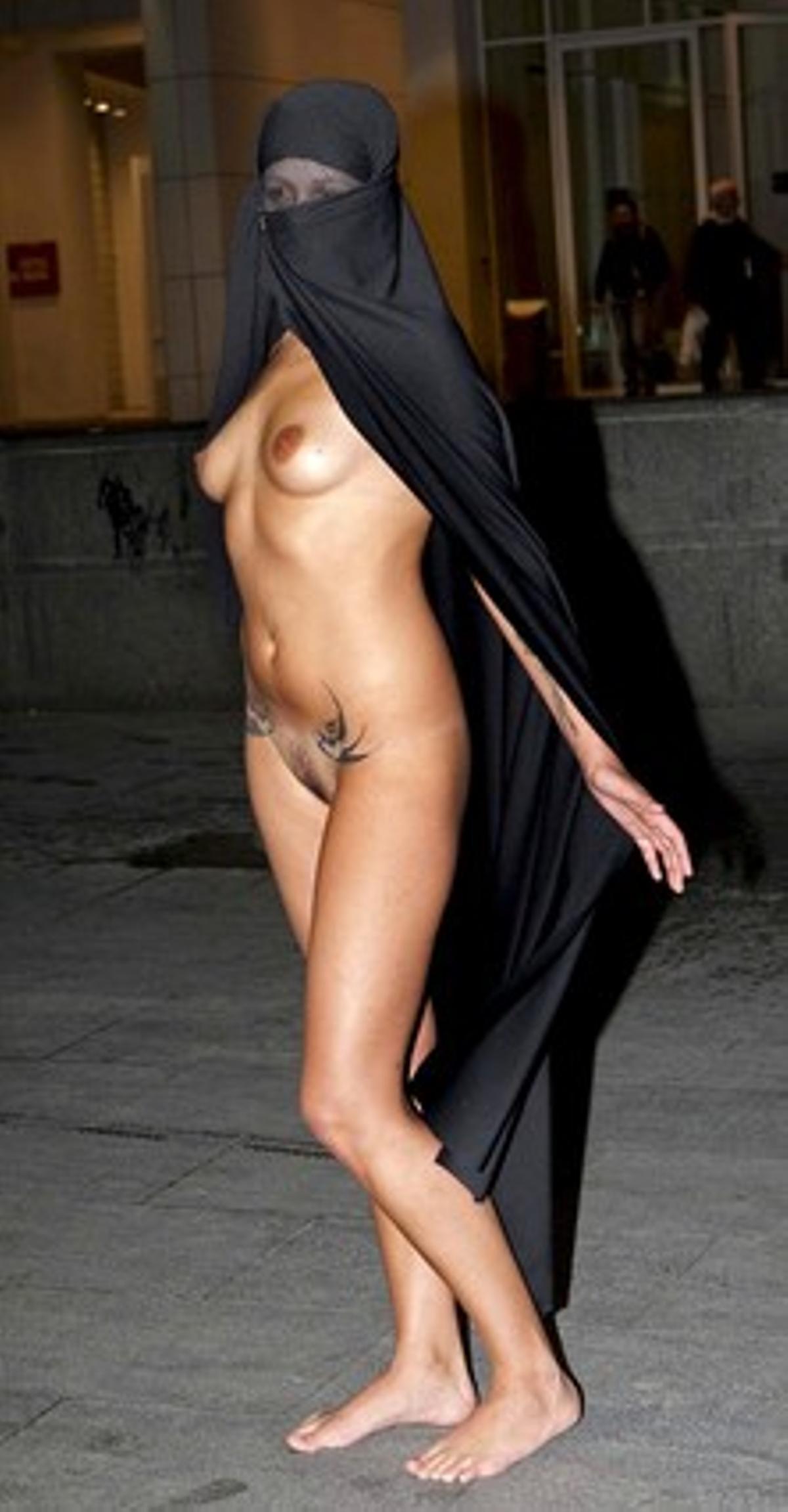 La joven que ha protagonizado la 'performance' cubierta únicamente con un burka, esta tarde, en Barcelona.