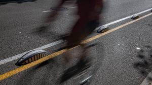La sombra de un ciclista en un carril bici de Barcelona.