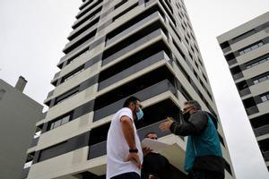 Dos de los vecinos afectados junto a uno de los edificios de Pota Nord en L'Hospitalet de Llobregat.