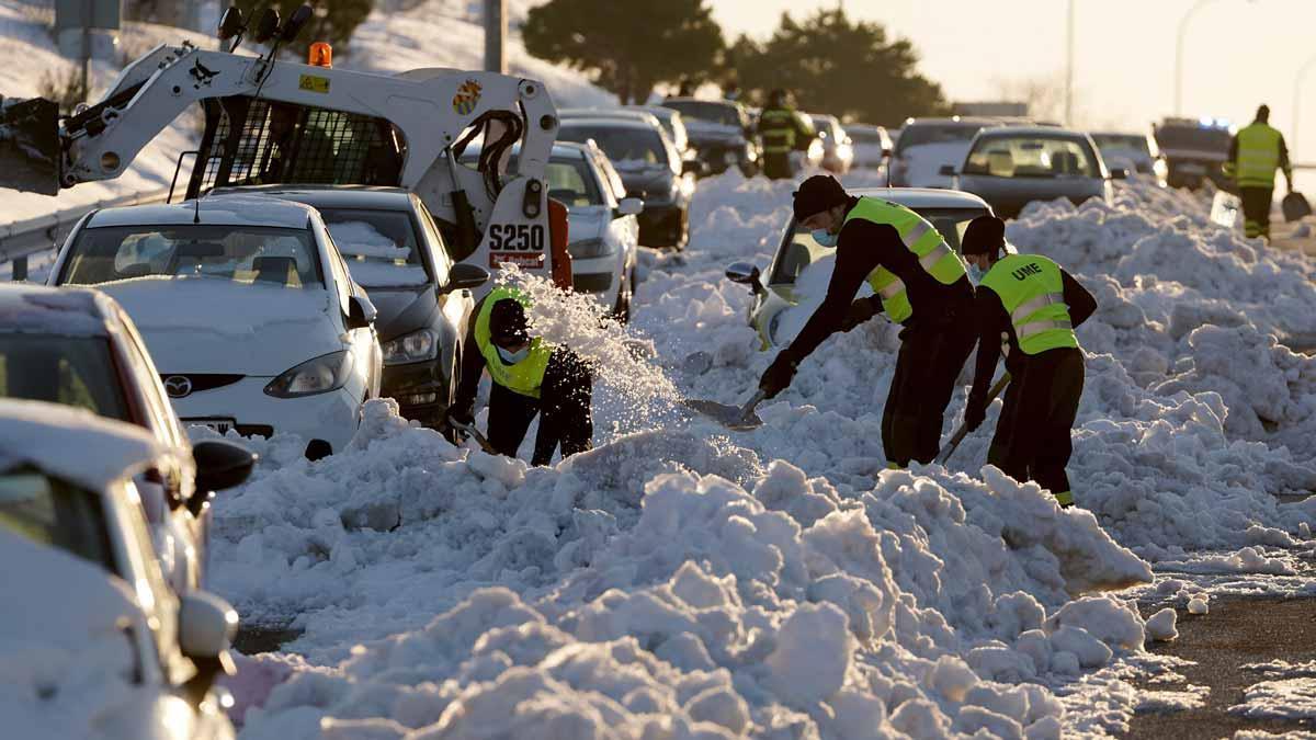 Efectivos de la UME realiza trabajos de rescate de vehículos atrapados por la nieve en la M-40 durante el temporal Filomena.